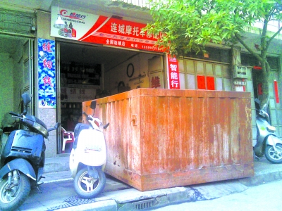 环卫所吊垃圾箱堵店门 - 客家人 - 客家人·逍遥影像