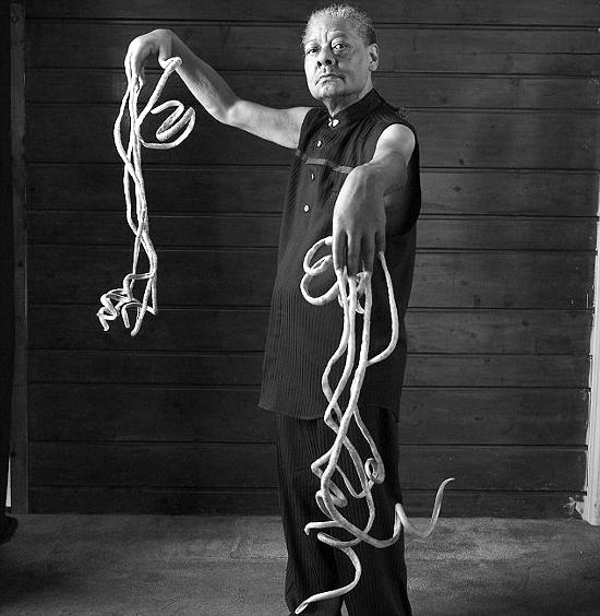 拥有最长指甲的人梅尔文·布思,两只手指甲总长度达9.85米