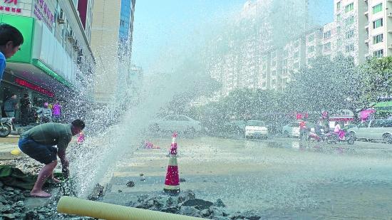 泉秀街水管被挖破数千户停水  阀门难寻数千吨水白流