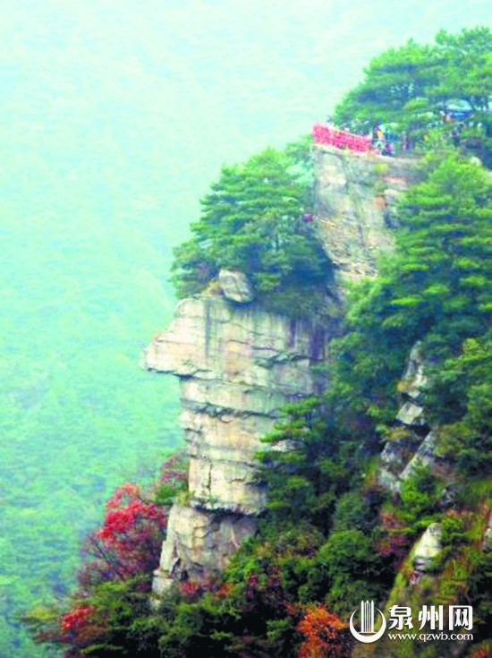 江西/8月31日,在江西庐山风景区锦绣谷至仙人洞的途中,游客可以...