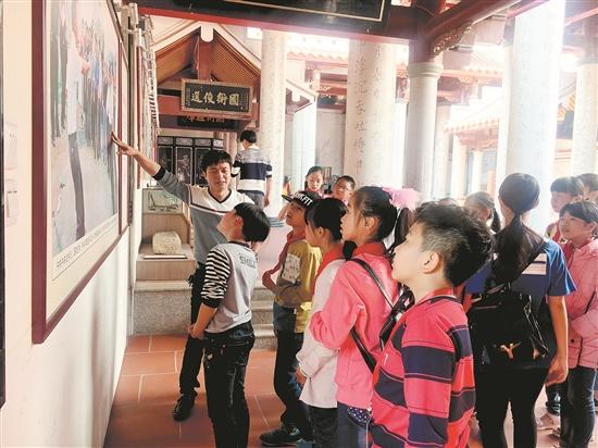大羽村白鹤山庄的林堂主向学生记者介绍白鹤拳
