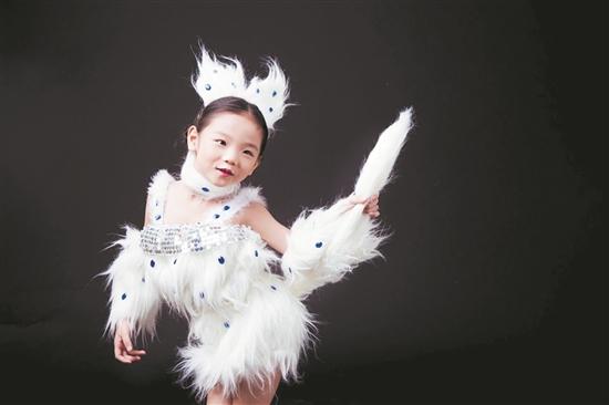 大家好!我是李婧晞,今年7岁了,就读于丰泽区圣湖幼儿园大班。我是一个活泼可爱又爱笑的小姑娘。我的兴趣十分广泛,喜欢舞蹈、画画、表演,但是我最喜欢的还是舞蹈,老师同学都称我是舞蹈小精灵。我曾在第四届中国花样少年语言艺术大赛福建赛区比赛中荣获学龄前组银奖。泉州市第二届小小艺术家风采秀第一季比赛中,我的语言类节目和独舞双双荣获二等奖。最近正紧张备战2018泉州市少儿舞蹈比赛,我一定会继续努力加油,在舞台上展现出更好的自己!