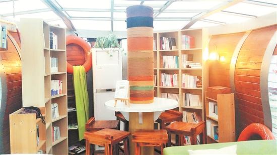 书店内部添加船舱内的设计风格