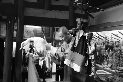 """泉州市木偶剧团嘉礼馆门口摆放着""""天坛桌"""""""