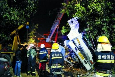 货车撞电线杆