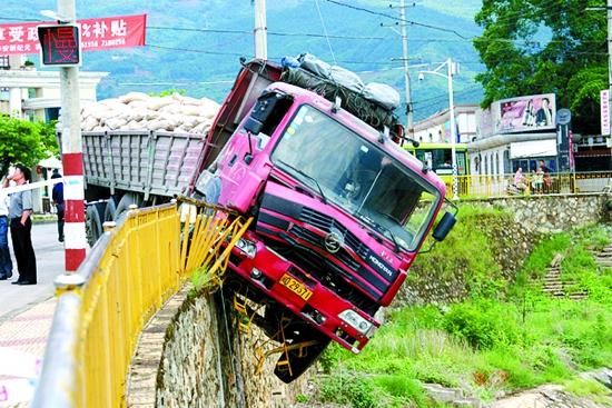 一货车手刹没拉紧 冲出护栏头悬空-图