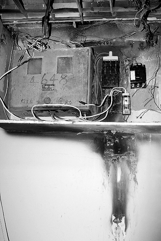"""电表箱夜半起火   事情发生在市区中山南路302号某电动车行,20日上午8时多,店员发现店内电灯一闪一灭的,电表箱内还有火花溅出。店员赶紧拨打电业局电话,抢修人员不久后赶到现场。""""但电业局的人说这不归他们管,不久之后就走了,两次都这样。""""店员介绍,店内的外围线路半年前装修时已全部更换过,但由于电表箱只有电业局的人才能打开,当时里面的主线无法进行更换。""""没想到即使电业局的人打开电表箱后,问题仍无法得到解决,当天下午5点多,电表箱仍在溅火花。""""这位店员介绍说"""