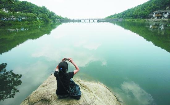 清源山风景区内重现弥陀飞瀑 天湖也挂了水帘_泉州