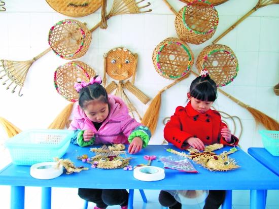 幼儿园簸箕礼仪创意画图片-幼儿园猴年元旦教室墙面剪贴画图片