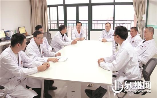 外科医生查房前开会讨论病人诊疗进展