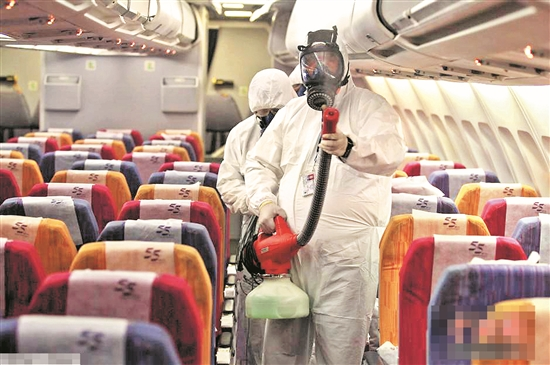 工作人员给飞机消毒