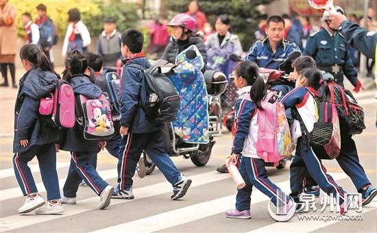 穿上统一校服之后,脚上的鞋子成了部分学生攀比的对象.图片