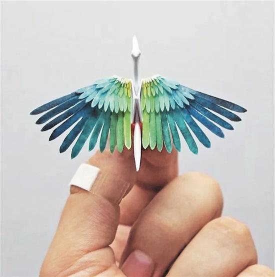 千纸鹤,大家都会折,可是折得这么好看的千纸鹤你见过吗? Cristian Marianciuc是一个折纸爱好者,这些好看的千纸鹤就是这个小哥折的,而且人家不是有空就折着玩玩,而是每天都折,一折就是一千天! 2015年,小哥开始了自己的折千纸鹤大业,起初他计划连续100天每天折一只千纸鹤,他用形状和颜色来记录自己每天的心情和日常,因此每一只千纸鹤都是独一无二的。 100天很快就过去了,小哥又把时间加到了365天,也就是一年。他从各种各样的事物里获得灵感:建筑、绘画、天气、动物、植物、乐器、异国文化等等。 现