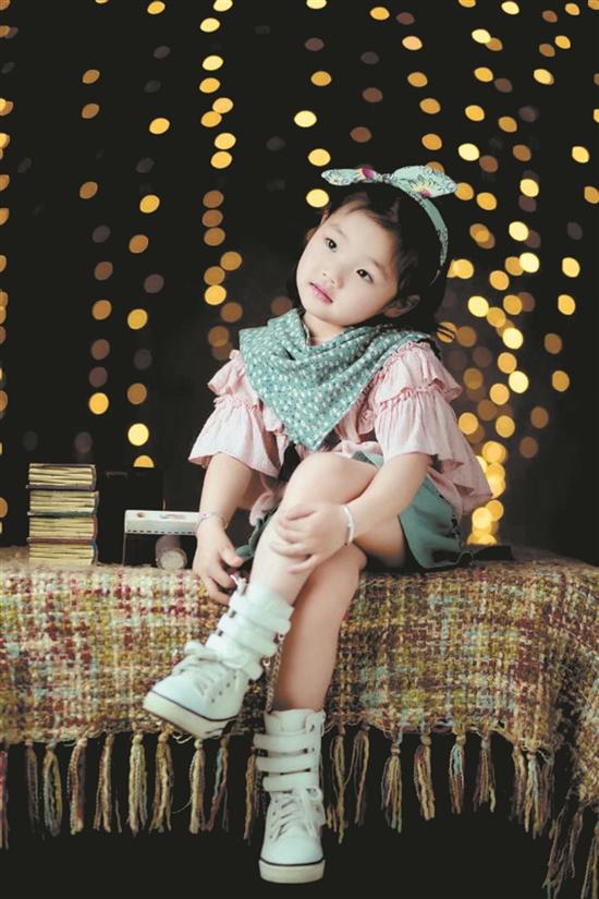 我是一个活泼可爱又爱笑的小姑娘.
