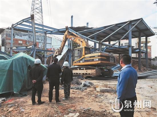大型机械对违建钢结构进行破拆