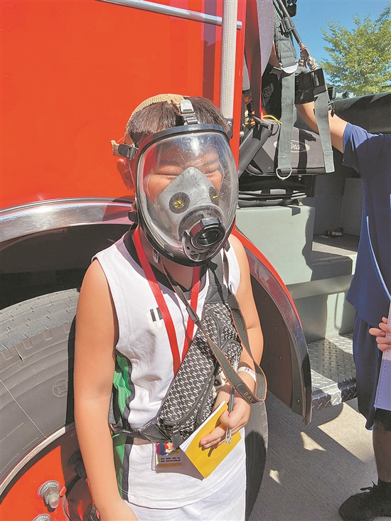 """小学生们亲身试背氧气瓶 体验一把""""小小消防员"""""""