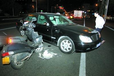 田安路/昨晚8点左右,在市区田安路刺桐饭店门口,一辆女式摩托车与正在...