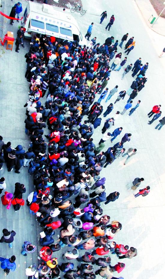 西北工业大学/1月7日,西北工业大学学生在流动售票车前排队购票。