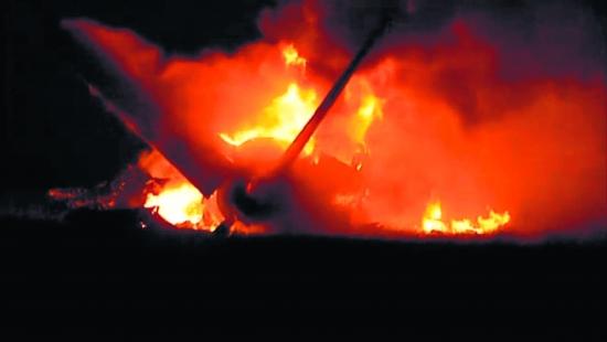 美国一架货运飞机坠毁
