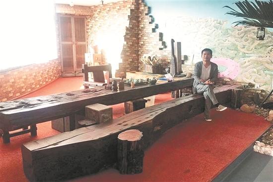 不少家庭也购置船木制作的茶桌